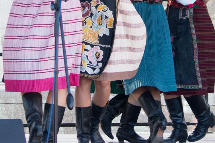 Tańczące dziewczyn w stroju ludowym